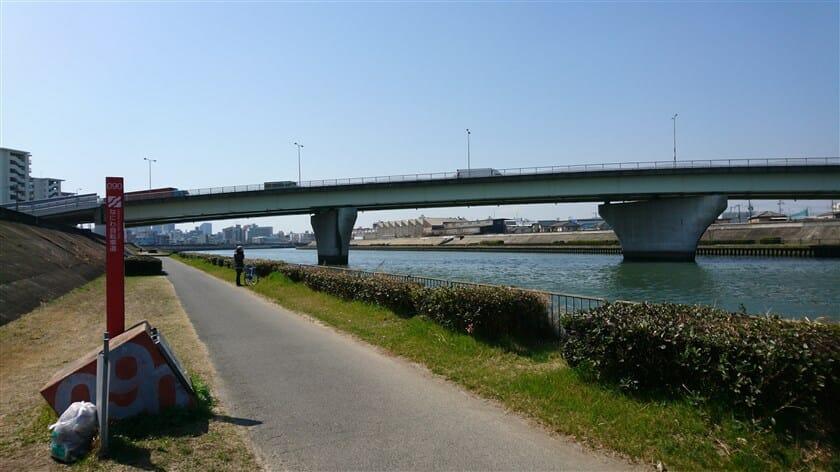 なにわ自転車道 標識 090 の向こうに見える橋