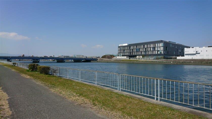 阪神高速11号池田線と塩野義製薬医薬研究センター