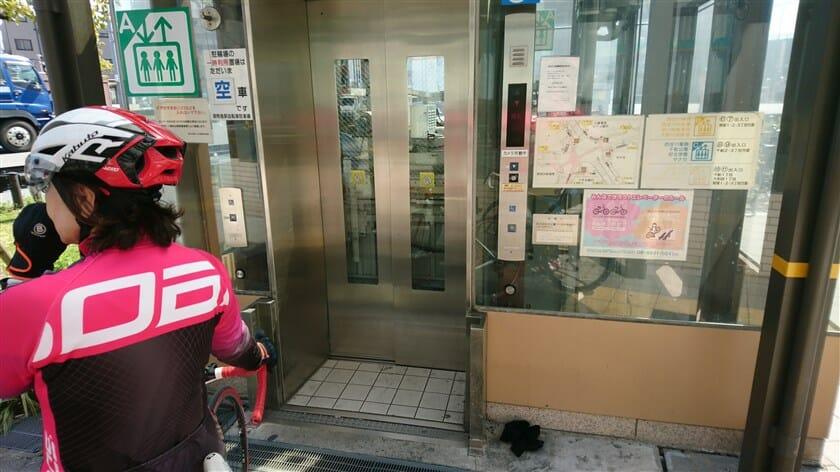 エレベーターがあり、地下に降りるらしい