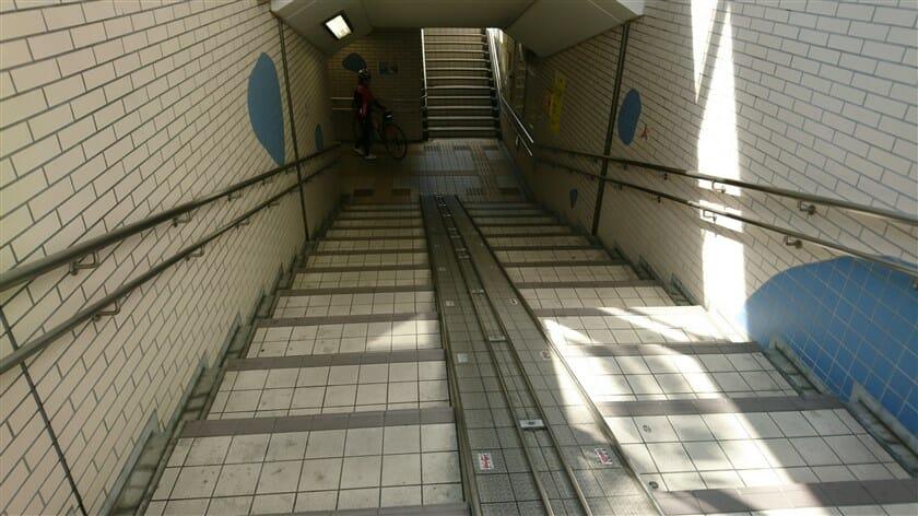 歩道橋ならぬ地下道の階段を降りる