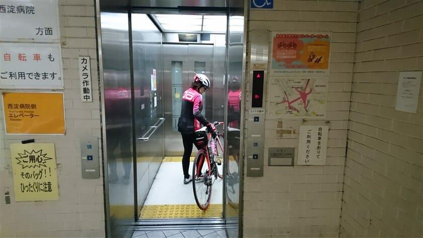 エレベーターで上がることに