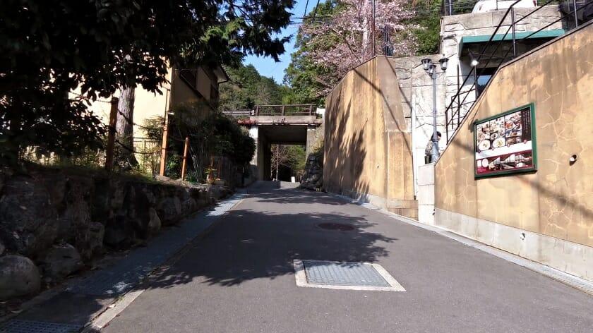 化野念仏寺前の道を直角にR29に出る