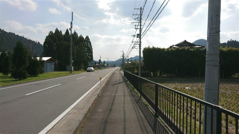 山国神社前の道
