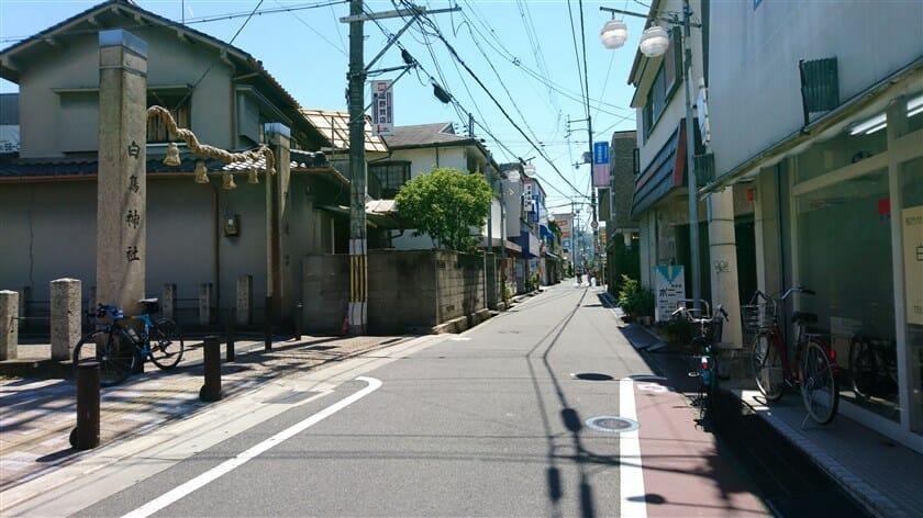 近鉄南大阪線の古市(ふるいち)駅の東側からの竹ノ内街道
