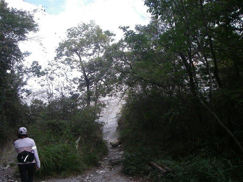 屯鶴峯奇岩がすぐ見える