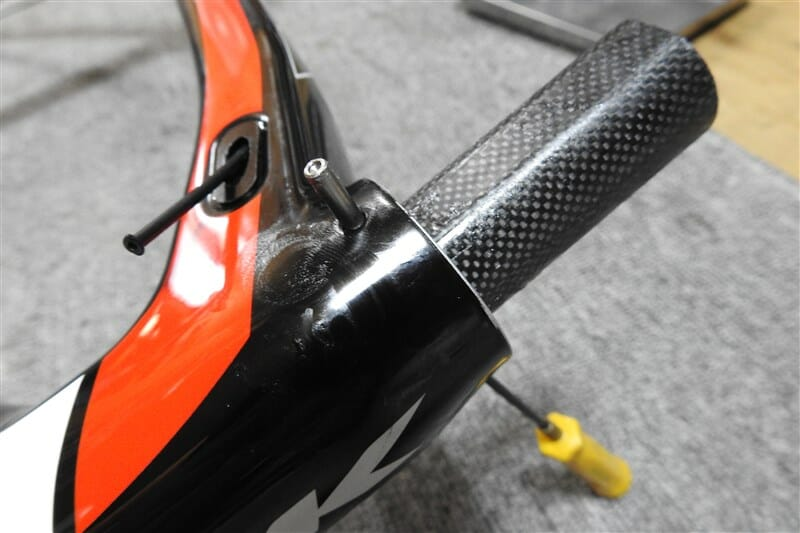 フォークをヘッドチューブに通し、フォークを止める鉄の棒を横から差し込む