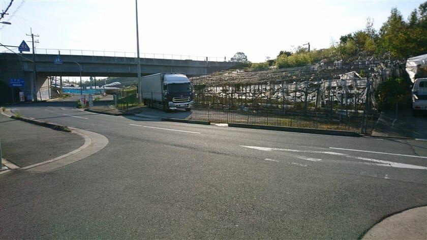 ほどなく行くと、南阪奈道路の下に出る