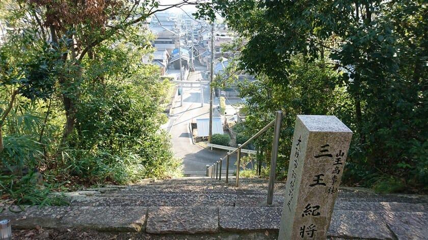 壺井八幡宮の正面階段から参道を望む
