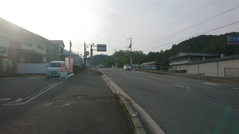 竹内交差点から竹内街道を振り返る