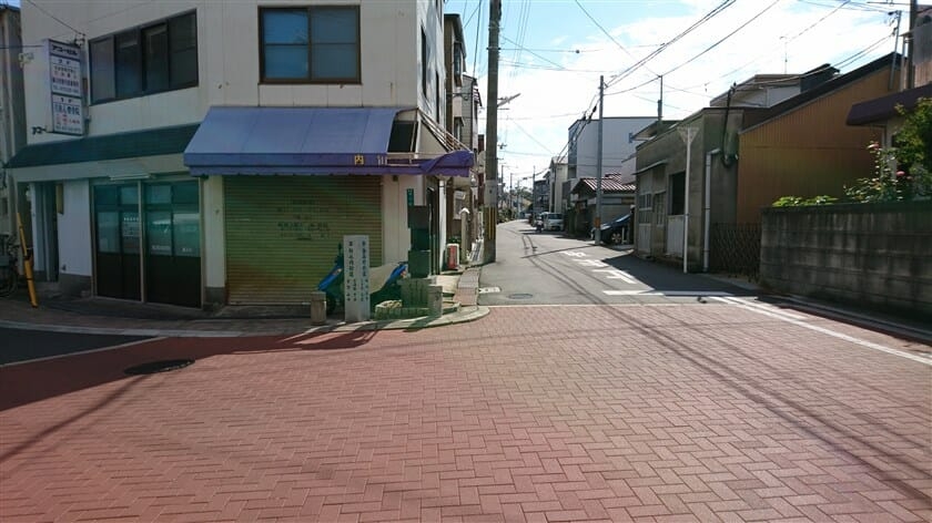 左:竹ノ内街道、右:西高野街道の分岐点