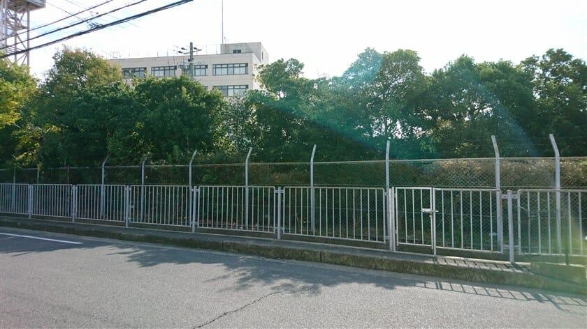 大阪市交通局中百舌鳥検車場の北側を行く