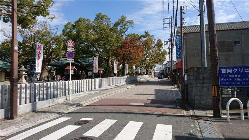 金岡神社を左にして、竹内街道は石畳になる