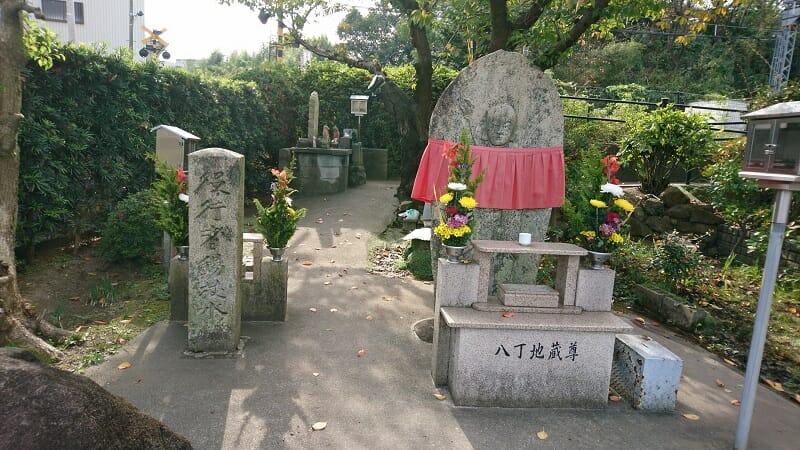 役行者錫杖水(えんのぎょうじゃしゃくじょうすい)の道しるべ地蔵菩薩像