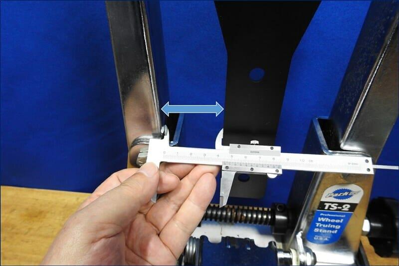 ゲージの端と、ベースとの間隔を測定