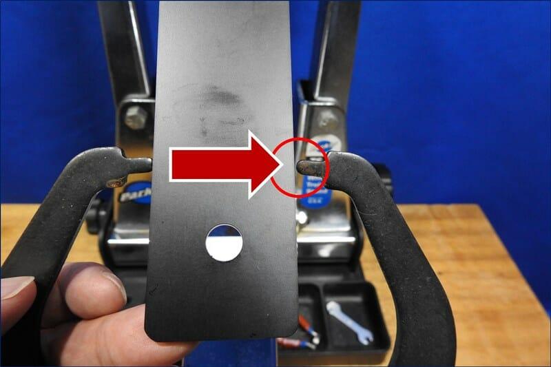 キャリパーの先端とゲージの端との間隔を左右均等にした例