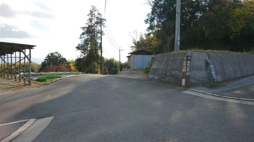 「竜田川駅 2.4km」という標識
