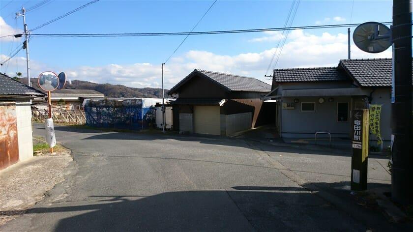 左方面「竜田川駅 1.2km」の標識