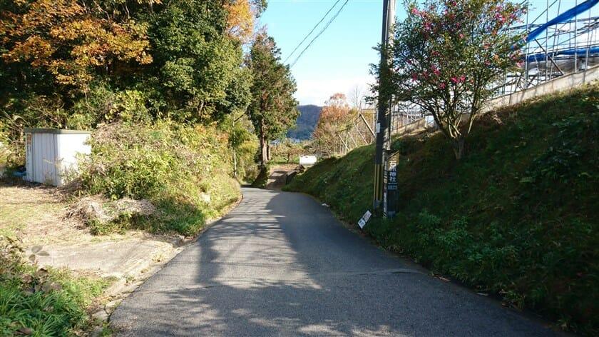 左に行けば「石床神社」という標識がある