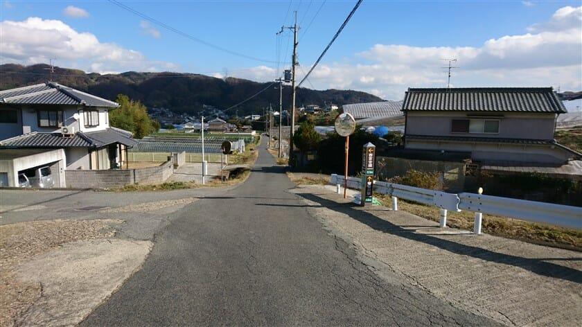左に行けば「西宮古墳」、直進「竜田川駅 1.4km」という標識がある