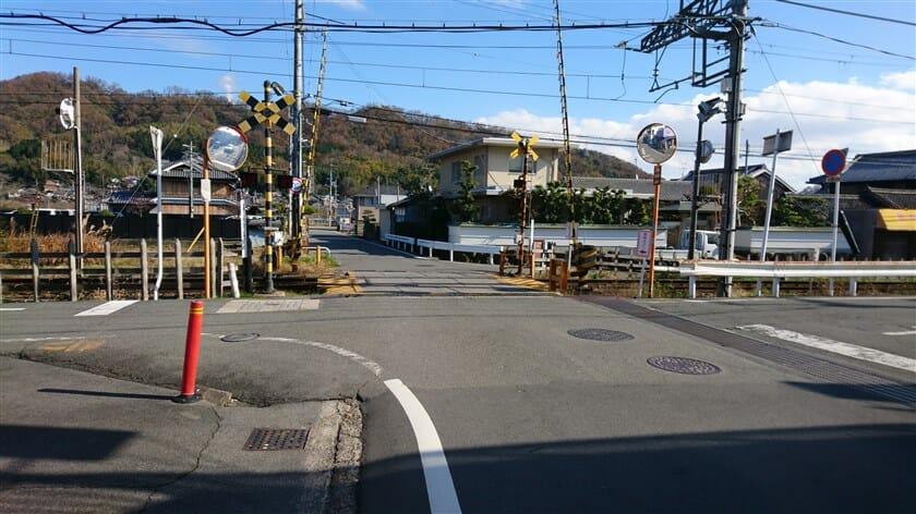 近鉄生駒線の踏切を渡る