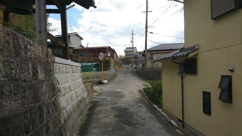 集落の中の、狭い道を行く