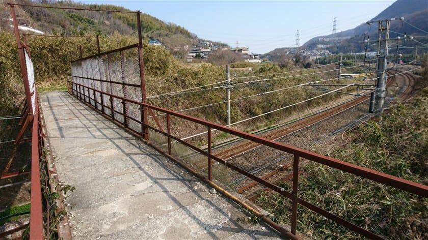 関西本線を越える簡易な陸橋。1つ目と2つ目の道がこの橋の手前で合流する