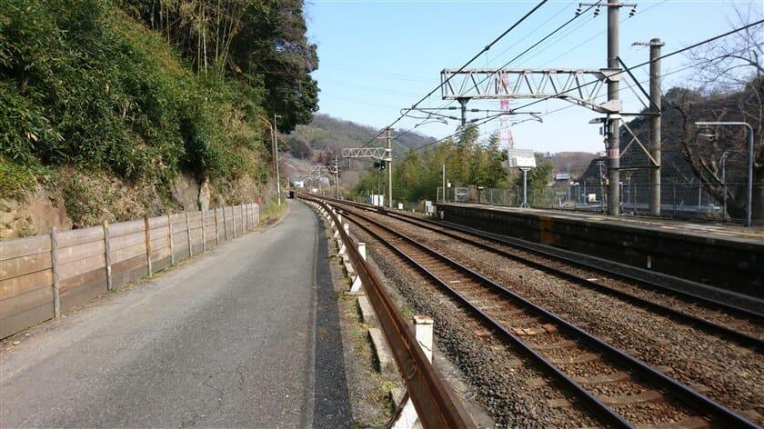 R河内堅上駅から、線路沿いに東へ進む