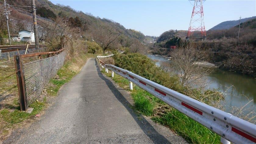 線路の右側を大和川沿いに走る