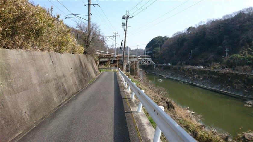 関西本線の線路下をくぐる