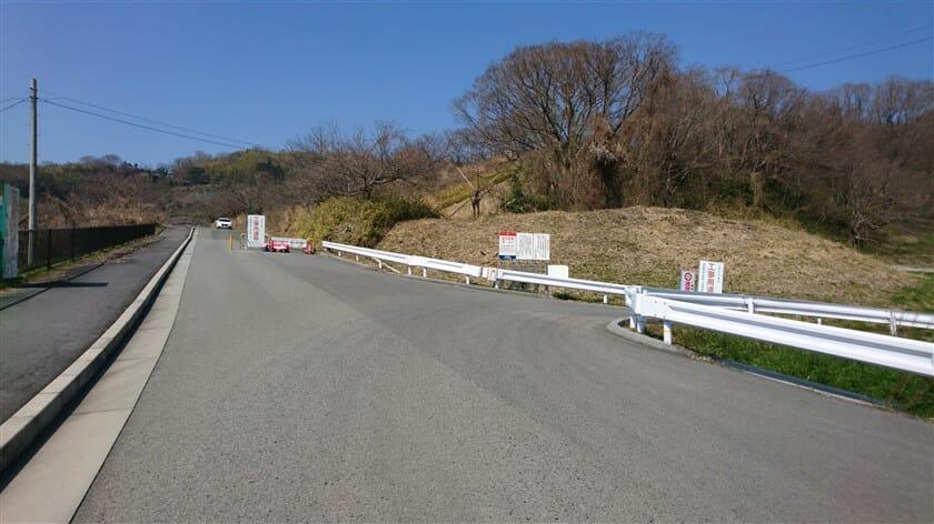 左にカーブすると、前方に「工事用道路」との看板が見えるも、乗用車が通っていたので直進する
