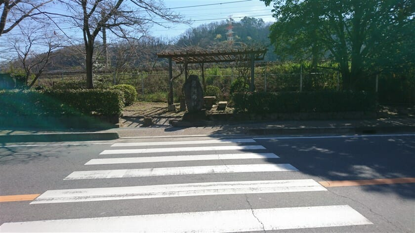 R195 沿いにある「磐瀬の杜」石碑
