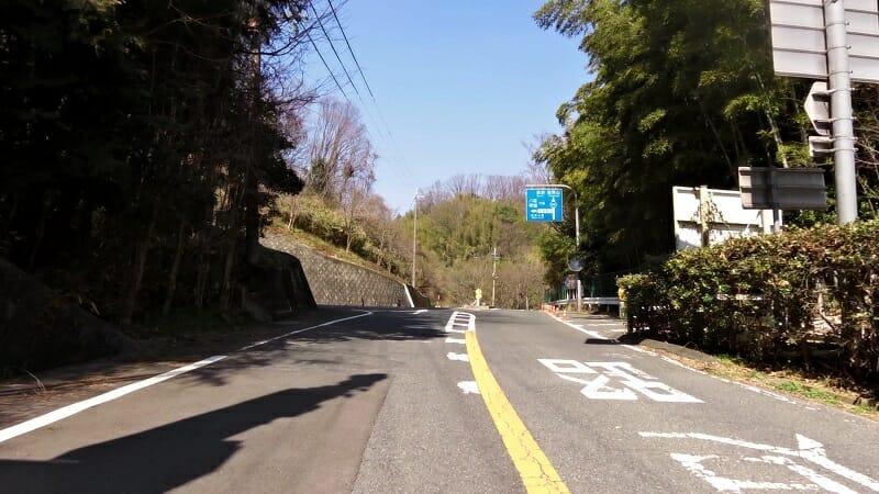 ここを左折すれば、のどか村。直進すると R236 信貴山に至る三差路。
