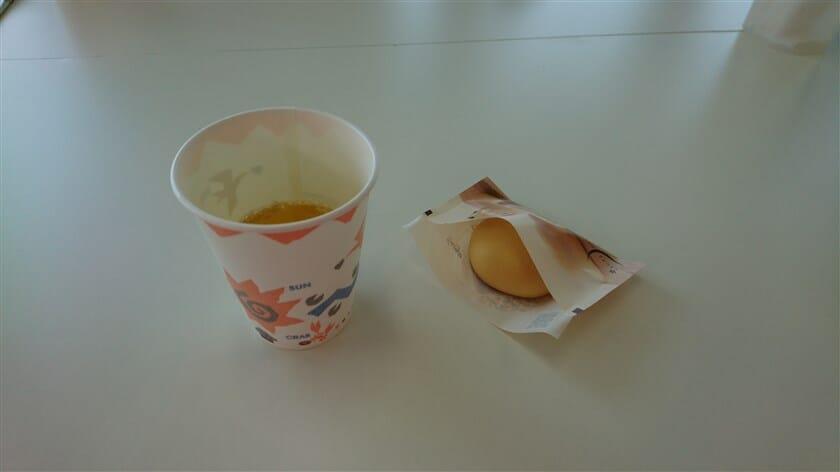 見学の最後に、実際に頂けたアツアツできたての月化粧とお茶