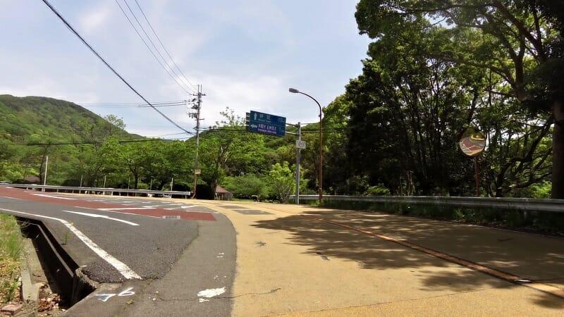 運動広場横の、休暇村紀州加太方面への標識