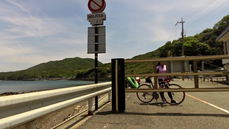ゲート横は、自転車がやっと通れる狭さ