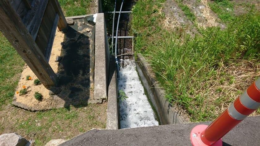 井手とは:飲料水や灌漑用にひく水路や堰のこと