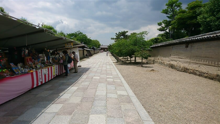 法隆寺夢殿から東大門への通り