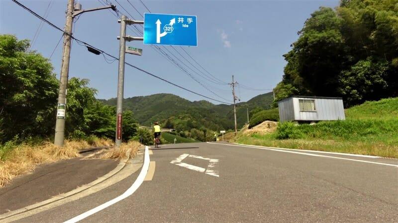 R221:和束井出線への分岐を、左方面に進む