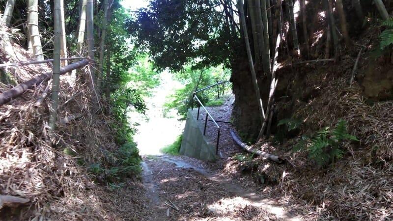 下りになるも、竹の落ち葉でタイヤが滑り怖くて走れない