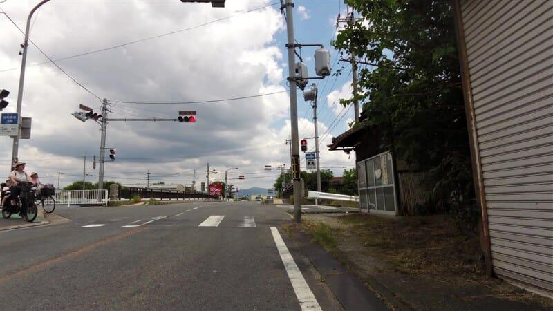 小泉出屋敷の交差点に出る。ここを右折して、富雄川沿いを下る。