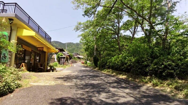 石田長栄堂前のゲキサカを登る