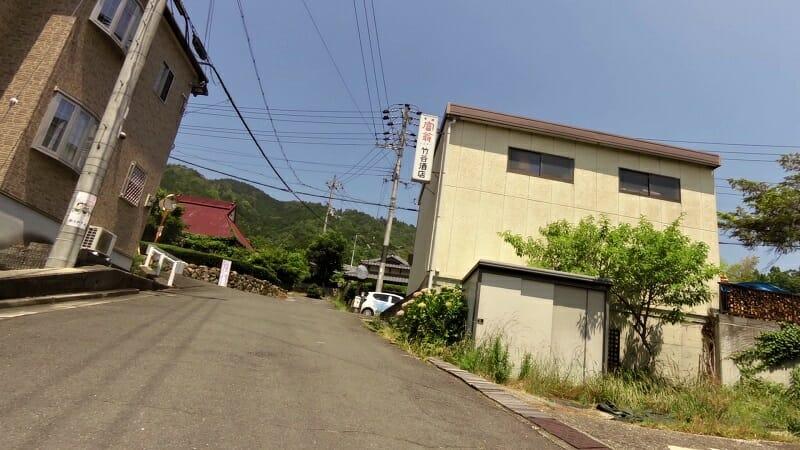 竹谷酒店に到着。ここを左折すれば平坦な路になるか。