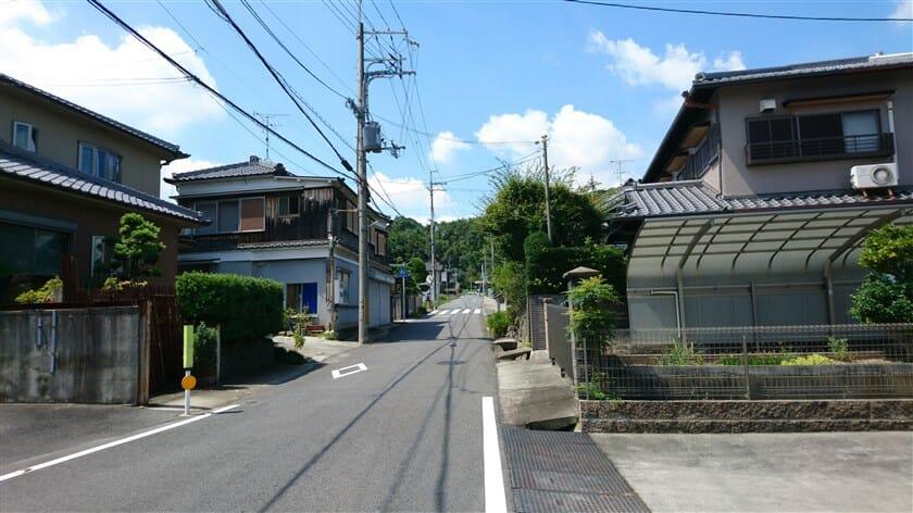 達磨寺を後にし、王寺小学校南の交差点を右折して山側に向かう
