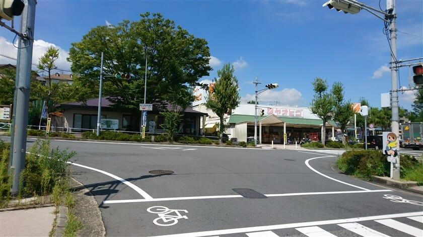 突き当りに「スーパーヤオヒコ美しヶ丘店」があり、ここを左折