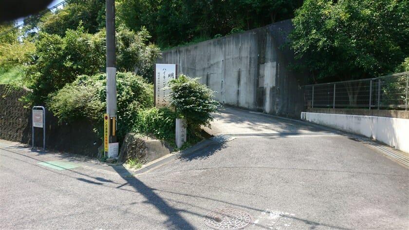 住宅街を抜けると、明神山への専用道路になる
