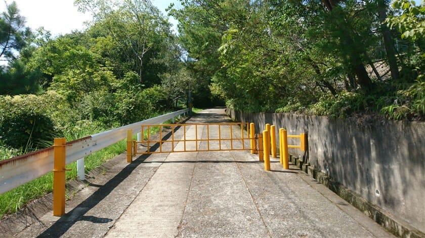 明神山への登坂路は、舗装状況も良く広い。が、途中にゲートがあり、車の侵入はできない。バイクを担いで無理矢理侵入する。