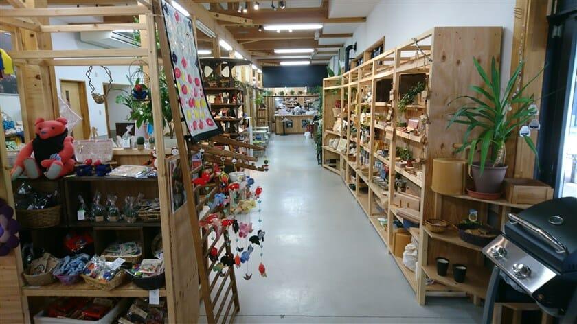 福祉施設で生産されている、様々な手作りクラフトや雑貨が販売されいる
