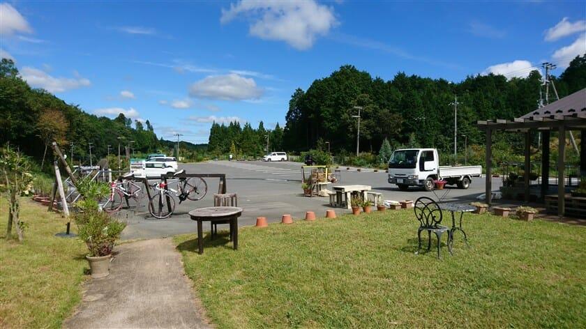 駐車場。バイクラックもある。