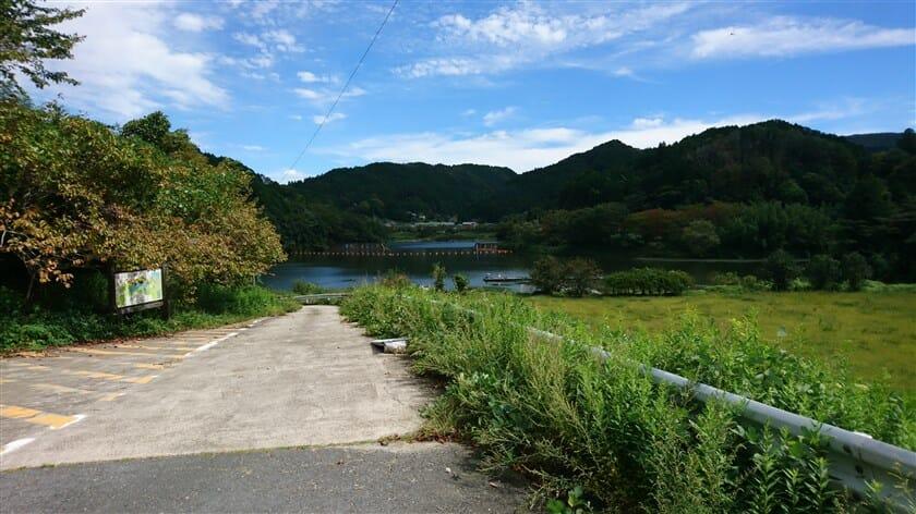 戸隠神社前から湖に降りる路があった