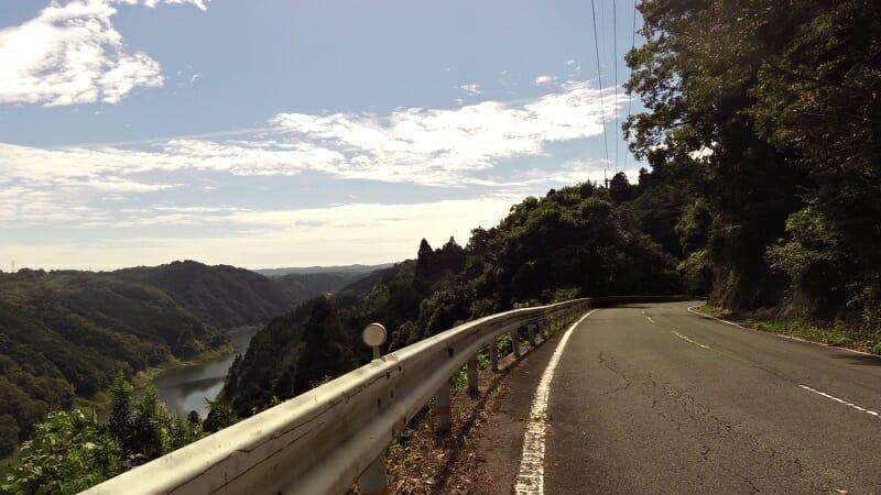 奈良県道・京都府府道82号:上野南山城線。高尾公民館前から下った辺り